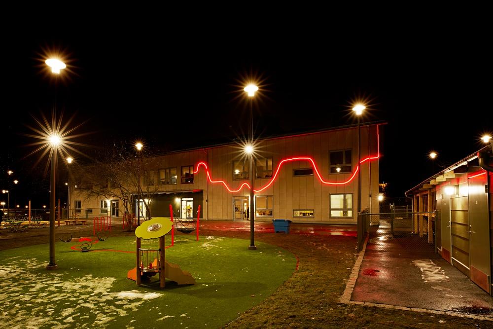 På fasaden fortsätter den röda tråden som en led-slinga. Foto: Mattias Södemark.