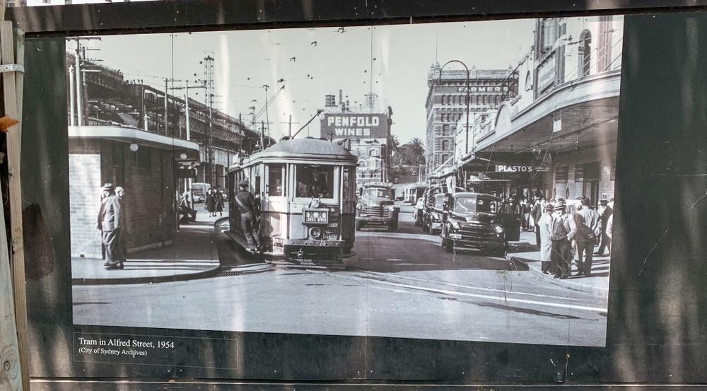På byggplank runt om i Sydney påminns man om att Sydney varit en stor spårvägsstad.