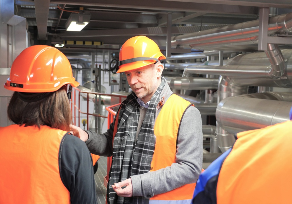 Christer Gustavsson, vd på BioShare, på Karlstads Energis värmeverk där han och hans kollegor nyligen utfört en studie som visar att det är lönsamt och effektivt att samproducera fjärrvärme, el och bioflygbränsle. Foto: Paper Province