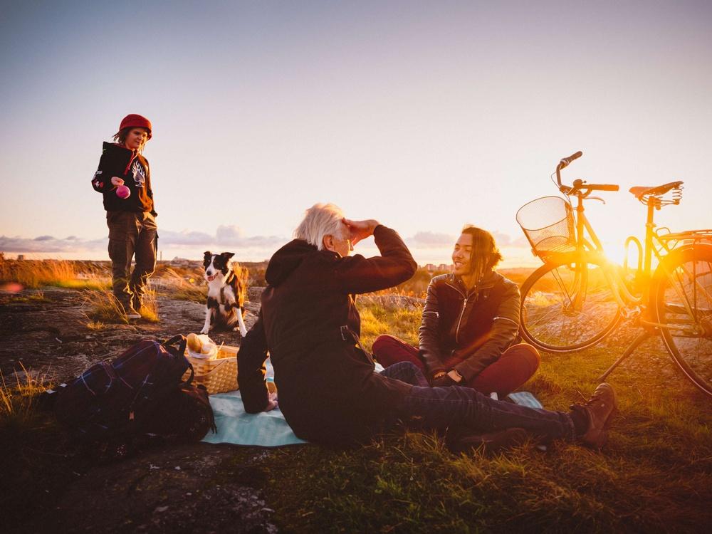 Picnic med cyklar i solnedgången