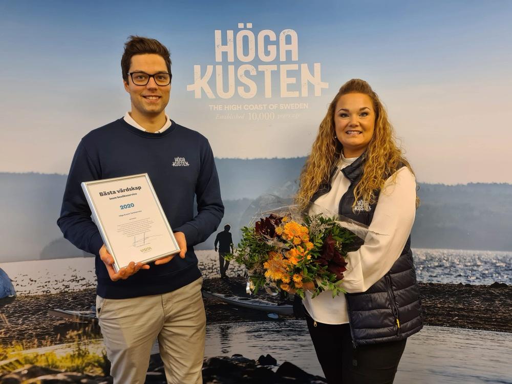 Marcus Strömsten och Katrin Larsson på Höga Kusten Turistservice mottog priset