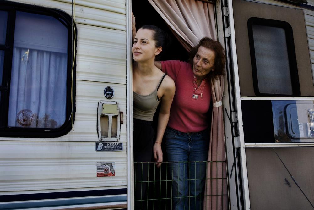 Simona och Diana Rhodin i husvagnen som de bor i när de turnerar med Cirkus Rhodin. Foto: Åsa Sjöström.