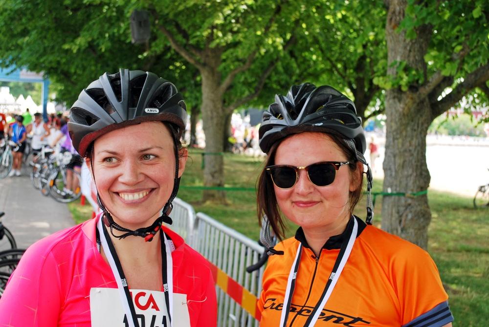 Johanna Näsholm och bloggerskan Hannapee, eller Hanna Persson, var nöjda efter målgång i Tjejvättern.  Foto: Björn Spjut