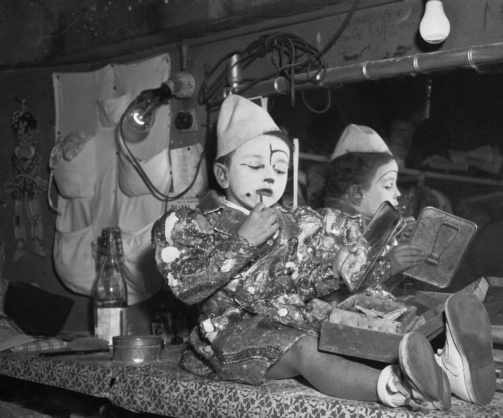 Pipo Sosman junior, 5 år gammal, sminkar sig inför sin entré. Fotot taget på Cirkus Medrano 1954. Dräkten han bär visas i utställningen på Kulturen i Lund. Den är designad av Gerard Vicaire omkring 1950. Foto: ©GettyImages
