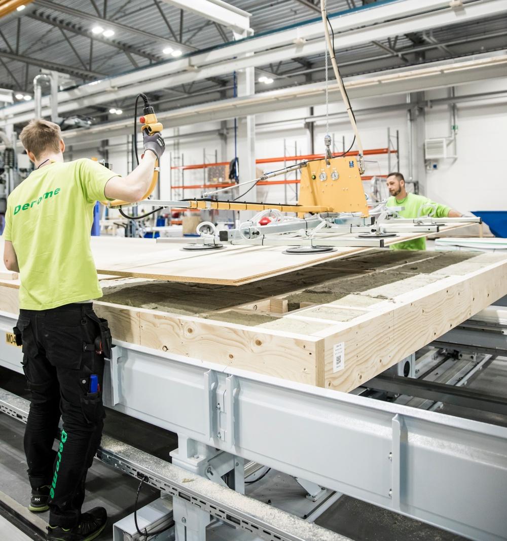 Trähusproduktion i Värö. Derome har industriell produktion.
