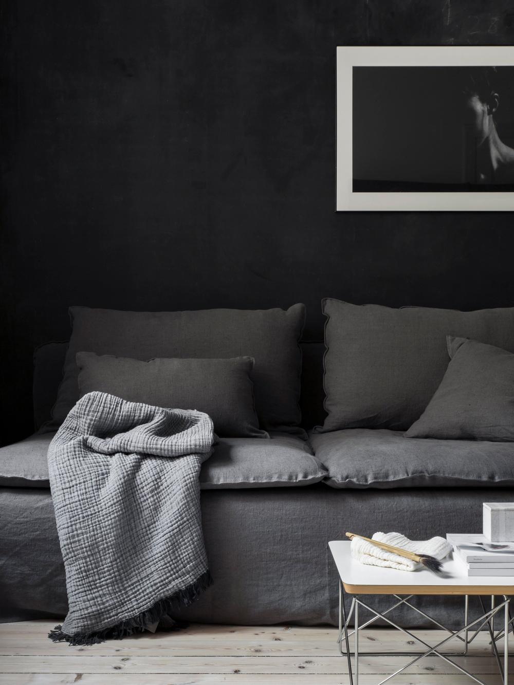 Bemz cover, Loose Fit Urban, for Söderhamn 3 seater sofa, fabric: Rosendal Pure Washed Linen Medium Grey. Cushion cover, Loose Fit Urban, fabric: Rosendal Pure Washed Linen Medium Grey. Styled by Pella Hedeby. Photographer Sara Medina Lind.