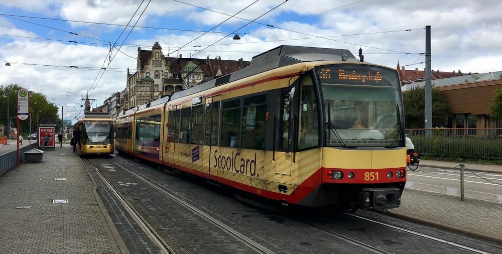 Två spårvagnar vid en hållplats i Karlsruhe.
