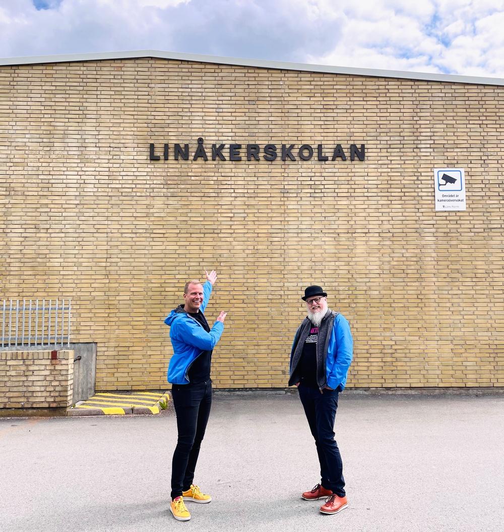 Robin Berkhuizen och Bo Hejlskov Elvén framför Linåkerskolan.