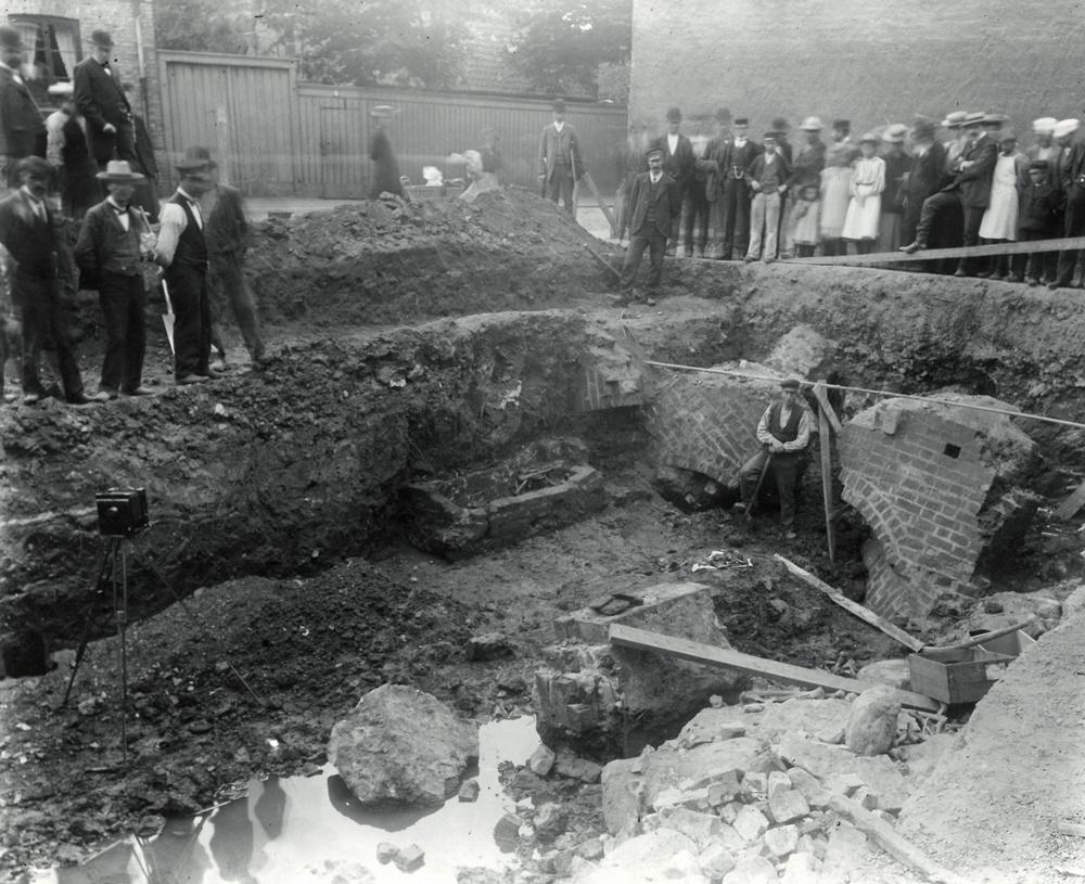 En arkeologisk undersökning i kvarteret Sankt Mikael 1906. Foto ur Kulturens arkiv.