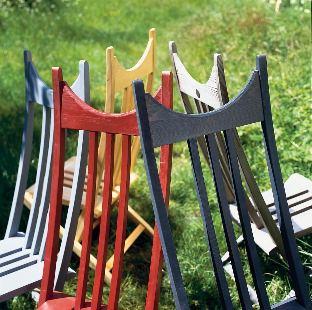 Ett antal stolar i ring med ryggarna mot varandra.