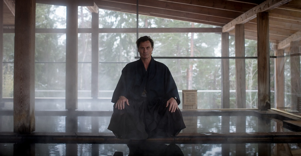 Petter A Stordalen invigde det nyöppnade Yasuragi med en traditionell japansk svärdritual. Fotograf: Jonas Koel