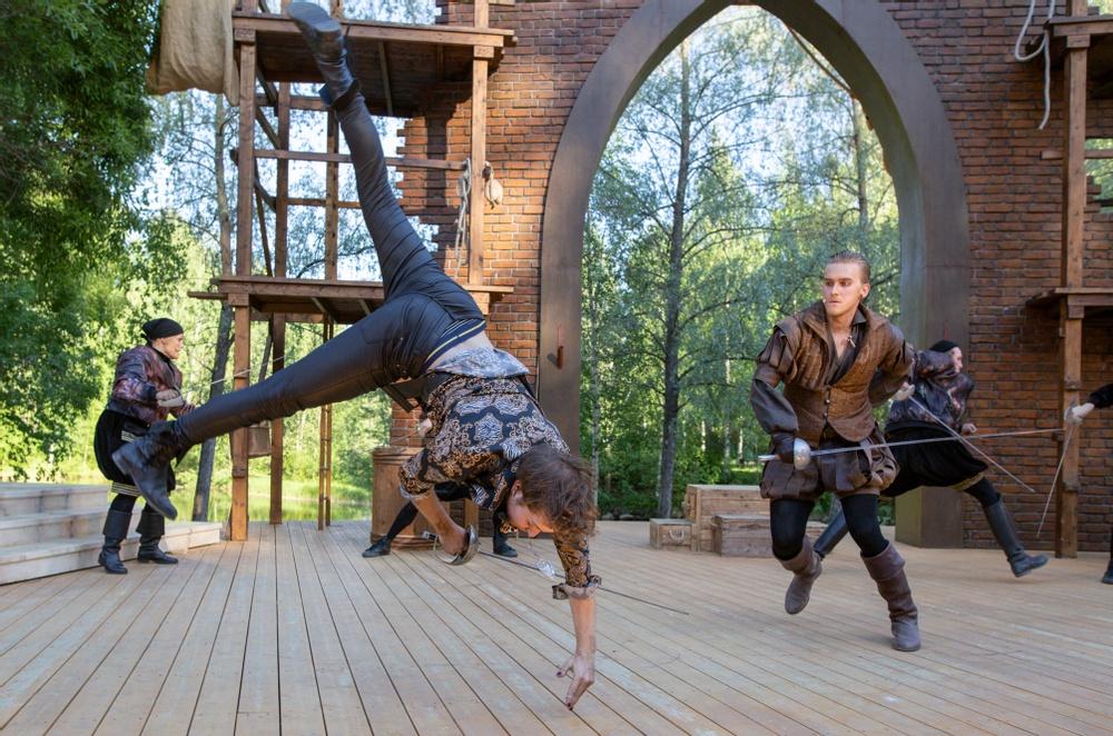 Mercutio - Jacob Danielsson gör en volt.  Tybalt - Vilgot Paulsen med svärd I bakgrunden: Sam - Johanna Malmin, Benvolio - Niklas Larsson Lirell Fotograf: Patrick Degerman