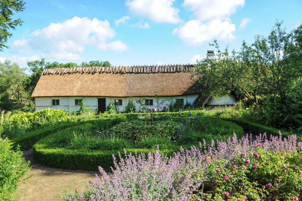 Gamlegård från trädgårdssidan. Detta är en fyrlängad korsvirkesgård byggd 1812. Foto: Viveca Ohlsson/Kulturen