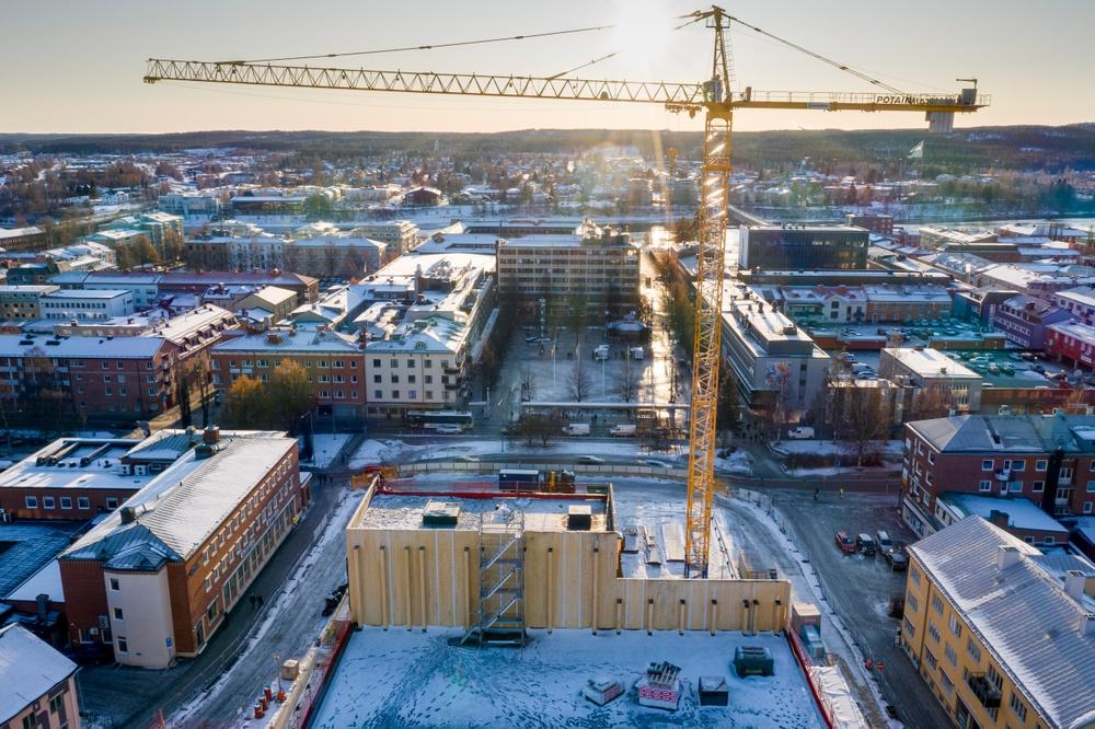 Skellefteås kulturhus kommer att bli cirka 80 meter högt och byggs i 20 våningar. Den totala volymen som omfattar stommen är cirka 10 000 kubikmeter KL-trä och 2 200 kubikmeter limträ som Martinsons levererar.  Fotograf: Jonas Westling