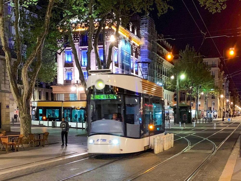 Spårvagnen tar sig fram genom centrum i Marseille på kvällstid. På bilden syns tydligt hur fotgängare lätt kan ta sig fram och korsa spåren vid behov.