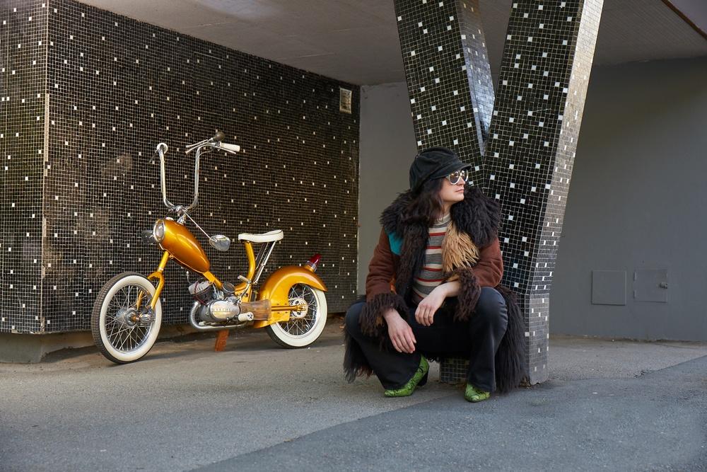 Tidningen Mopeds projekt X-Ray, byggd på en Crescent 2000. Showmopeden byggdes 2020 som en aningen romantiserad hyllning till customkulturen på 1960-talet. De häftigaste mopedbyggena ställdes ut på Hot Rod Show i Marmorhallarna i Stockholm. Stilen var allt annat än blyg. Foto: Johan Olsson