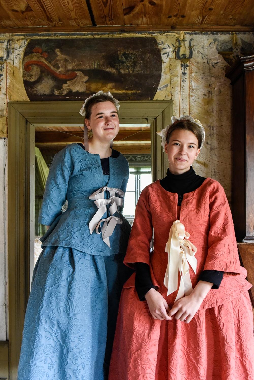 Volontärerna Miranda Wahlström (till vänster) och Ylvali Melander. Foto: Viveca Ohlsson, Kulturen