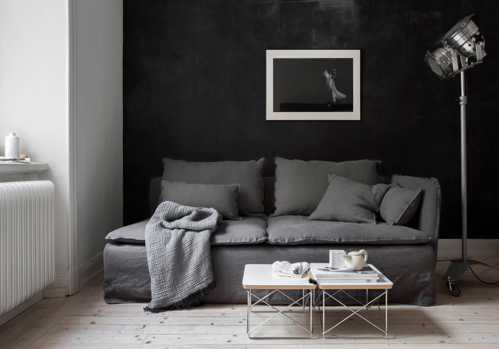 Bemz cover, Loose Fit Urban, for Söderhamn 3 seater sofa, fabric: Rosendal Pure Washed Linen Medium Grey. Cushion cover, Loose Fit Urban, fabric: Rosendal Pure Washed Linen Medium Grey. Styled by Pella Hedeby. Photographer Sara Medina Lind.