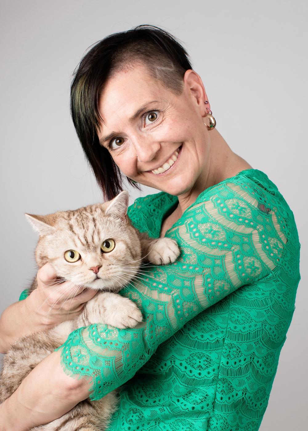 Djurskyddet Sveriges generalsekreterare Åsa Hagelstedt tillsammans med hennes katt Findus.