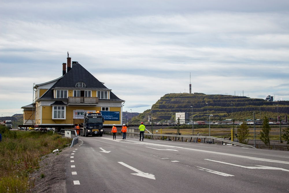 Jessica Nildén, bilden togs 2017-08-31 då huset flyttades. Byggnad: Ingenjörsvillan. Info: Ingenjörsvillan är LKAB: s 39: e byggnad i ordning och färdigställdes år 1900.