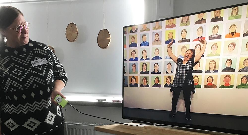 Museum Anna Nordlanders konstpedagog Veronica Olofsson pratar kring ett foto taget av en deltagarna i Kvinnorum, Karin Långdahl, som tagit plats i konstutställningen på Skellefteå Konsthall.
