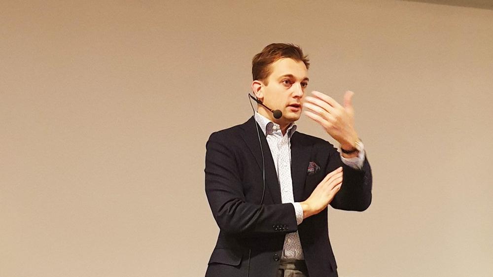 Porträtt av Per Olsson Fridh medan han talar.