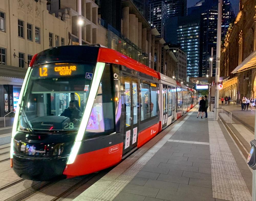 Hållplatserna i Sydney ger ett välkomnande intryck även på kvällen.