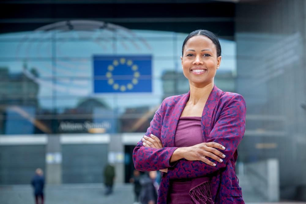 Alice Bah Kuhnke framför EU-parlamentet.