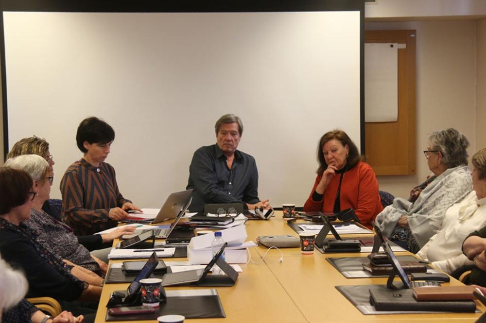 Personer vid ett sammanträdesbord