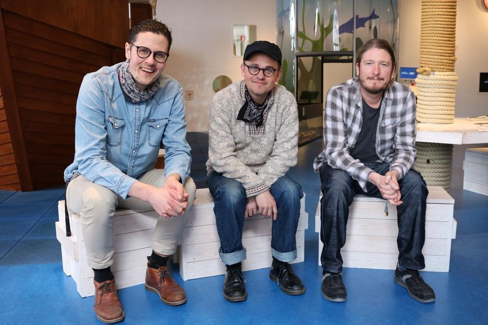 Gotlands Museums pedagoger Henrik Ramberg, Lars Kruthof och Jeremy Hardy.