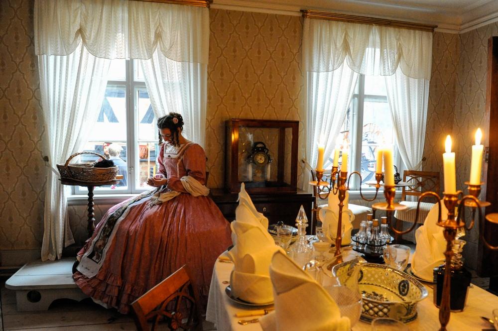 Matsalen före restaureringen. Tapeterna kunde bevaras i matsalen, men golvet har lagts om och dessutom målats gult. Foto: Viveca Ohlsson/Kulturen.