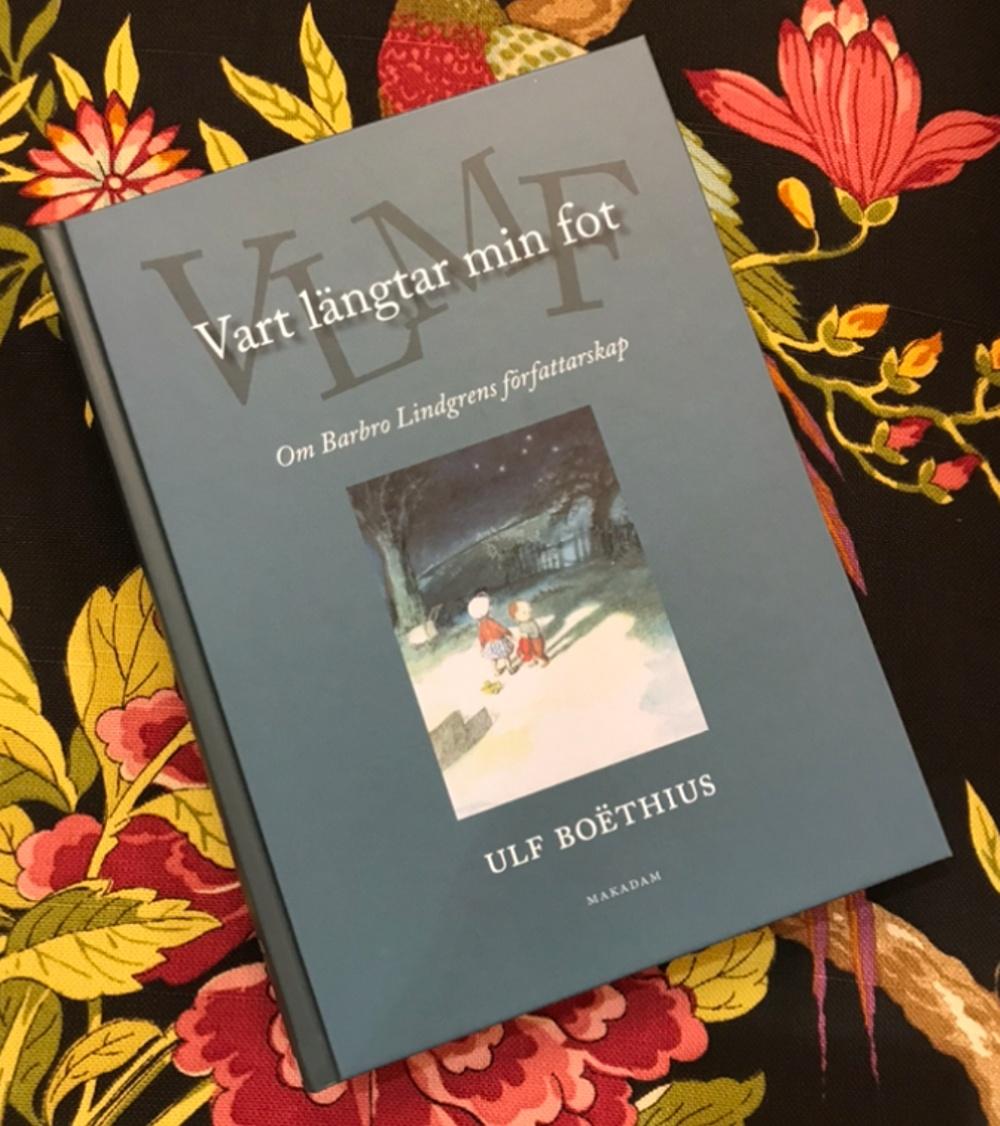 Omslag till Vart längtar min fot: om Barbro Lindgrens författarskap. Av Ulf Boëhtius, Makadam förlag 2020