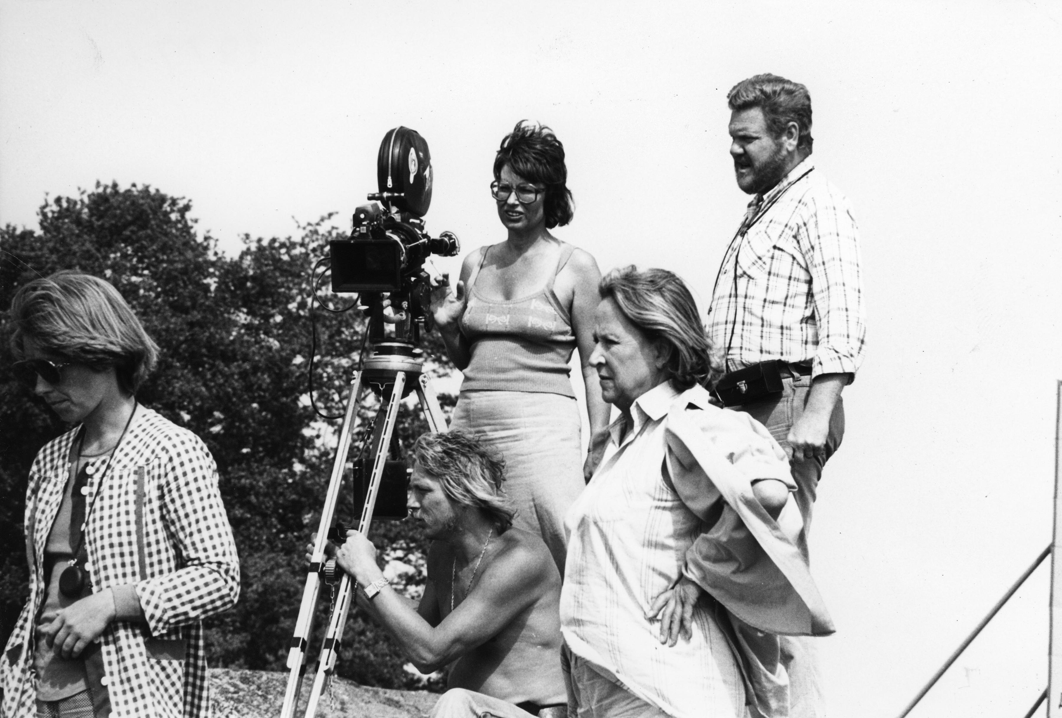Paradistorgs regissör Gunnel Lindblom tillsammans med delar av filmteamet, bl a skådespelerskan Birgitta Valberg och fotografen Tony Forsberg. Foto: Johan Nykvist