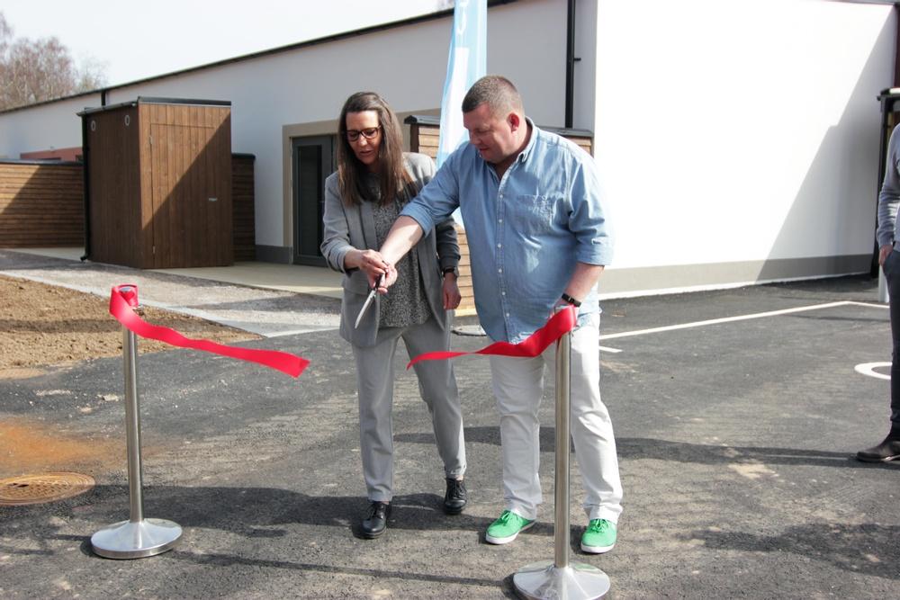 Jennie Lewén och Joakim Cederberg på Stenåsa omsorg klipper bandet.  Foto: Mikaela Bjarve