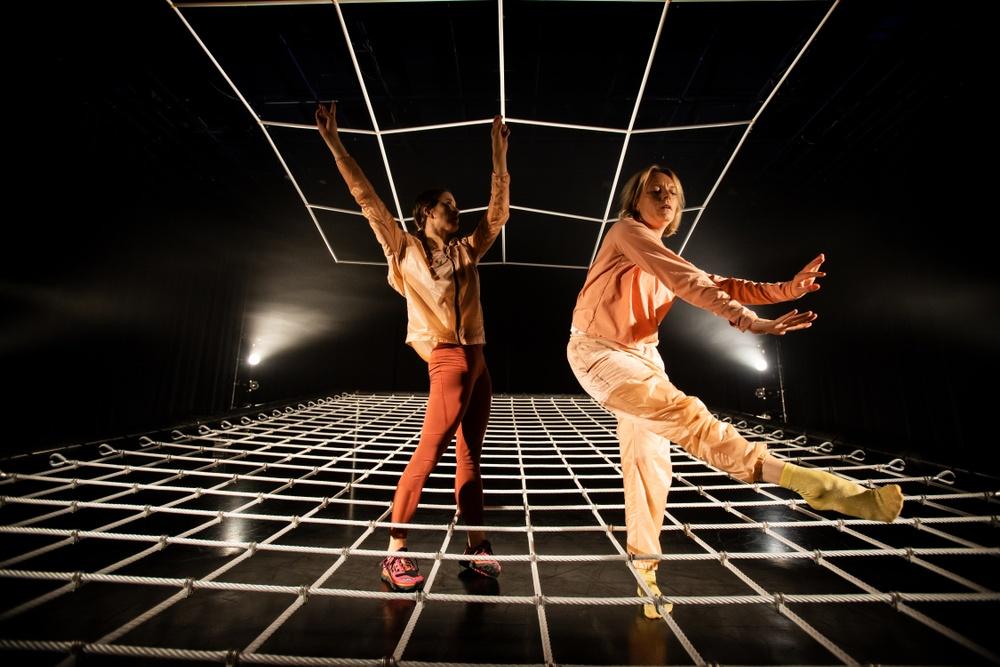 Madeleine Lindh och Anja Arnquist i föreställningen WEB. Föreställningen hade urpremiär 2019 på Dansens Hus, och visas återigen i september 2020 som skolföreställning för barn i åldern 4-7 år.