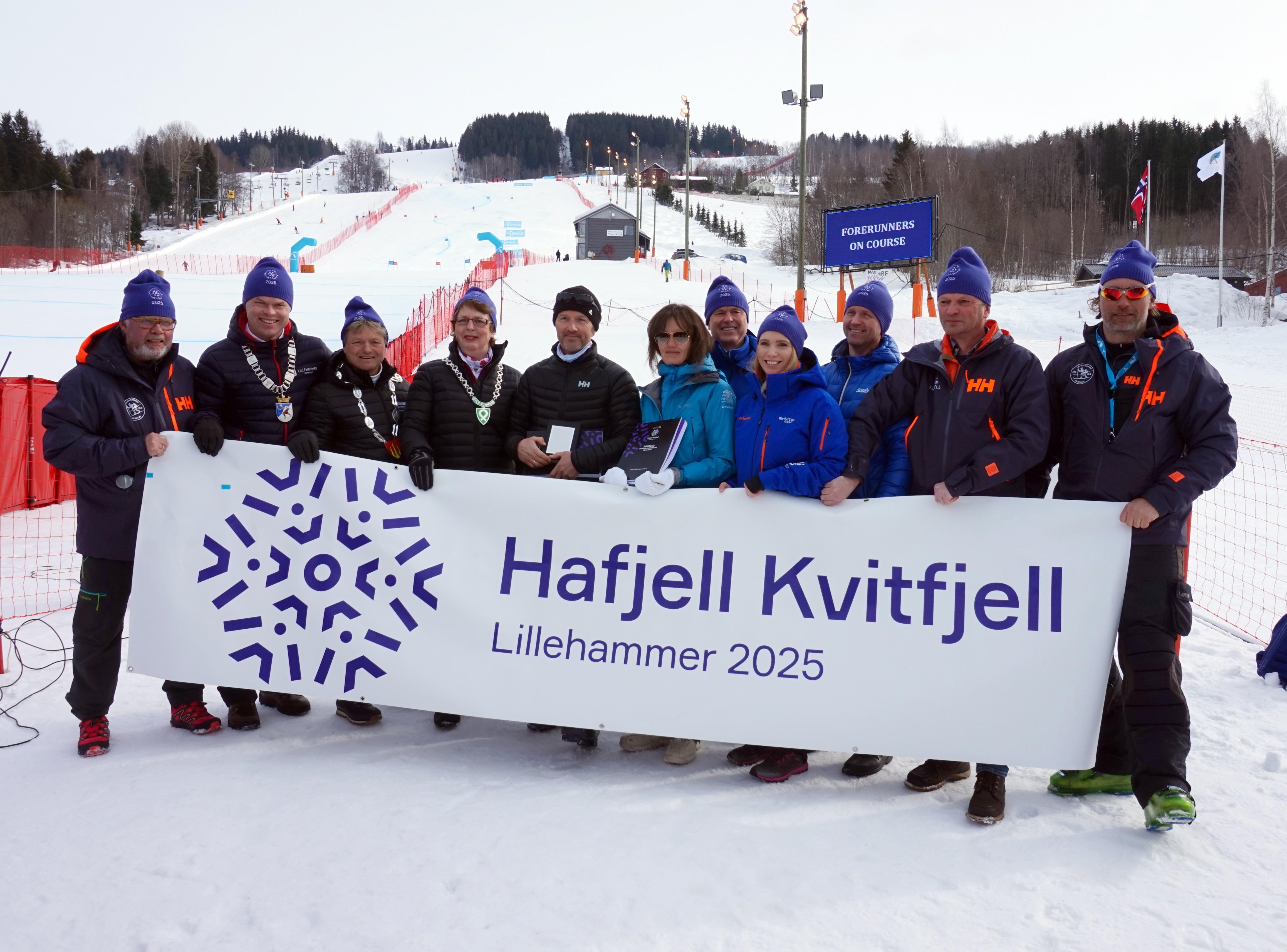 De involverte i søknadsprosessen sammen med ordførere og representanter fra Norges Skiforbund.