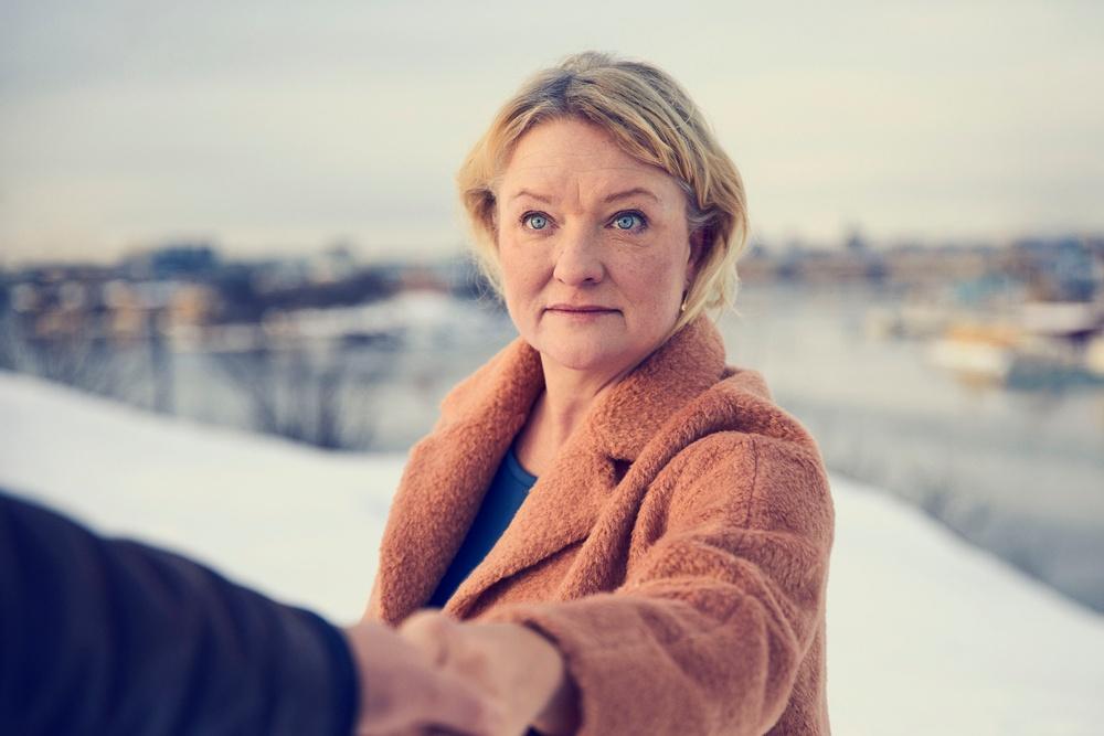 """Anna Takanen i """"Sörjen som blev"""" som spelas på Berättarfestiavlen 2021. Produktion: Riksteatern i samarbete med Lilla Teatern i Helsingfors och Östgötateatern. Foto: Klara G."""