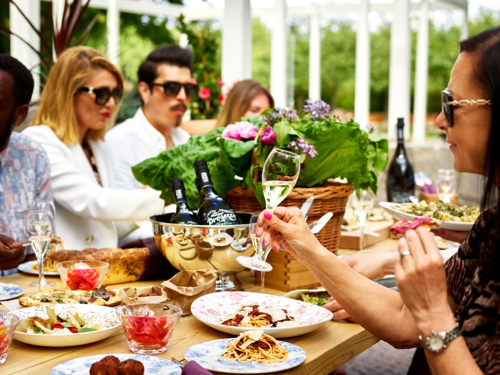 Mat och dryck serveras i solen på Mama Gios 712 kvadratmter stora terrass på Råsundavägen 1.