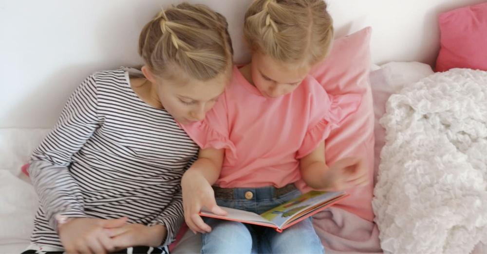 Nike och Nora läser tillsammans.