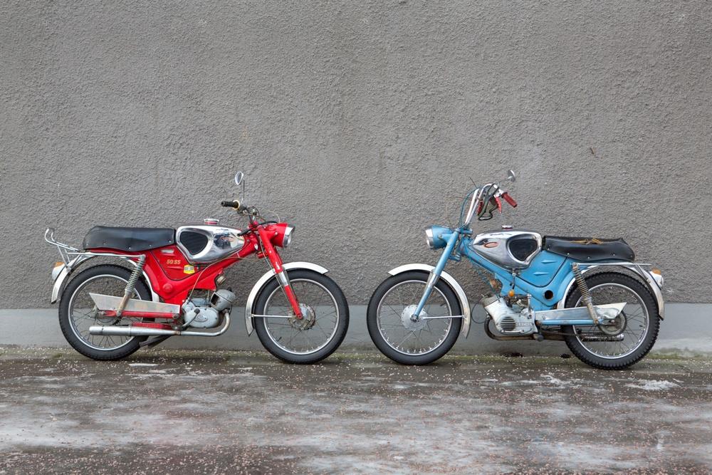 På 1960- och -70-talen genomgick svensk cykel- och mopedindustri stora rationaliseringar. Konkurrensen från kontinenten ökade och svenska företag slogs ihop och samarbetade. I en lätt förändrad form blev därför Sixten Sason bumerangformade ram till Husqvarna Cornette 1959 stommen till konkurrenten Björn Karlström när han 1966 skapade en hel serie nya mopeder för MCB. Här är sportmodellen 50SS. Foto: Claes Johansson.