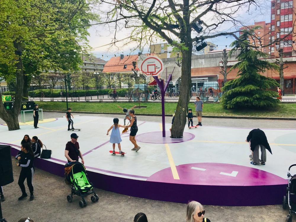 KARIN ANDERSSON & JOHANNA BRATEL – VÄNSKAPSTORGET Vänskapstorget i Malmö, en aktivitetsplats för tonåringar, är resultatet av en medskapande designprocess. Vår ambition var att ge röst åt unga samt skapa en välkomnande och inkluderande mötesplats som stadens unga känner ägandeskap över och vill vara på.  Juryns motivering I en tid när det offentliga rummet förändras krävs nya tankar och praktiker, något som föranlett starkare fokus på medborgardialog och processer. Vänskapstorget är ett av de mer lyckade exemplen vi sett.