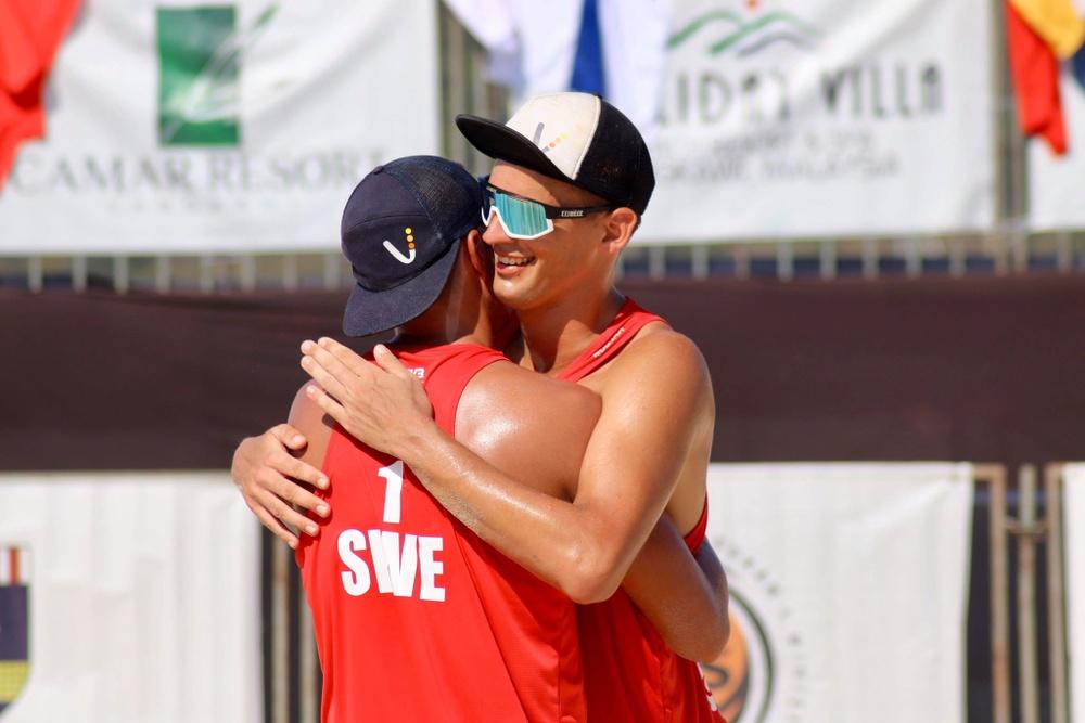 Alexander Annerstedt kramar om sin partner Martin Johansson efter seger i kvalet under World Tour i Langkawi, Malaysia. Foto: Isabelle Beckman.