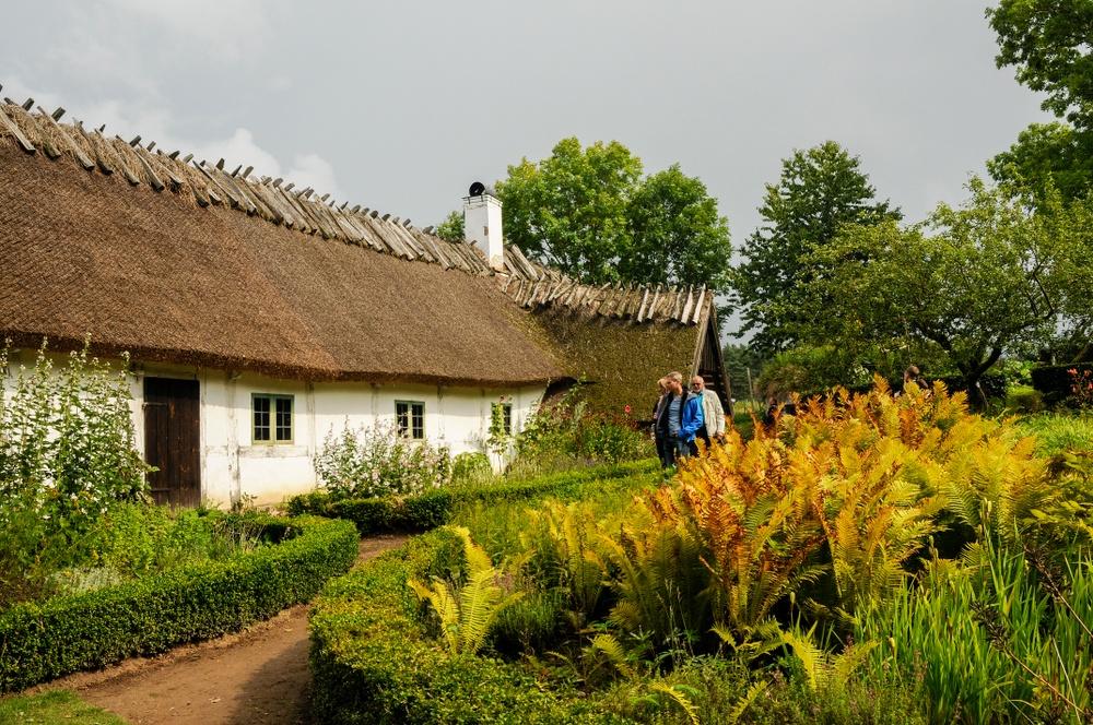 Visning av den fyrlängade korsvirkesgården Gamlegård och dess trädgård är en av de visningar som erbjuds under Östarpsdagen. Foto: Viveca Ohlsson/Kulturen.