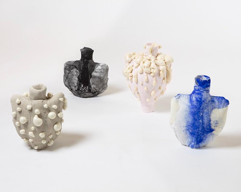JULIA OLANDERS – MELLANTING Mellanting är vaser i betong, gips och fogskum. Dessa gömda byggmaterial är gjutna i sydda tygformer som sen avlägsnas. Genom att jobba med dualiteter utmanas betraktaren se på det som omger oss: normerna kring våra kroppar, materialen, rummen och könen.  Juryns motivering Objekt som utmanar sanningar om fint och fult, prototyp och produkt, traditionellt och nyskapande. Mellanting är varken eller och både och, urformer som kan tolkas som vår tids version av antikens marmorstatyer – gjorda för att vittra sönder inom loppet av månader.