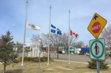 Victoriaville met ses drapeaux en berne en guise de solidarité