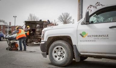 Des équipes s'affairent à colmater les nids-de-poule sur le territoire de Victoriaville