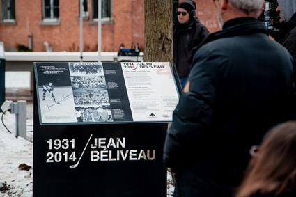 Plaque commémorative du passage du hockeyeur Jean Béliveau à Victoriaville, installée au parc Jean-Béliveau du centre-ville
