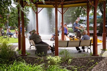 Touristes et passants à la Vélogare du Grand-Tronc de Victoriaville