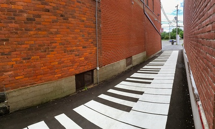 Piano urbain tracé dans une des allées menant à la rue Notre-Dame. Imagination requise.