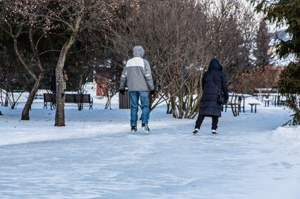 """Le sentier glacé est gratuit et ouvert à tous. Pour toutes les informations, incluant les heures d'ouverture, consultez <a href=""""http://vic.to/jouerdehors"""">la page Jouer dehors</a>."""
